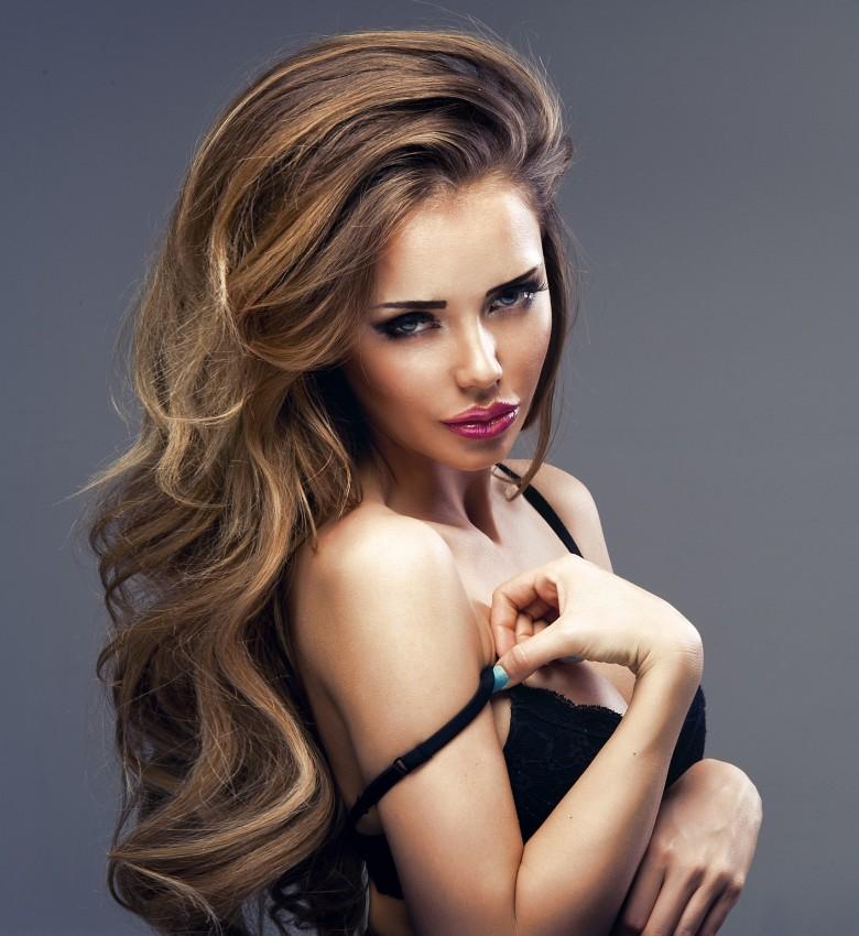 mulher de cabelos compridos para conquistar um homem